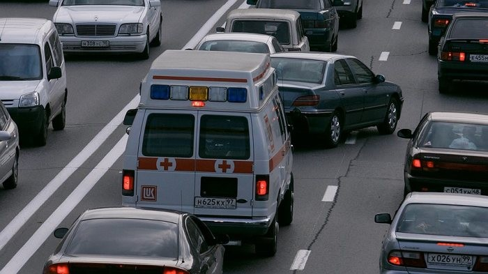 Можно ли, уступая дорогу машине с мигалкой, нарушать при этом ПДД?