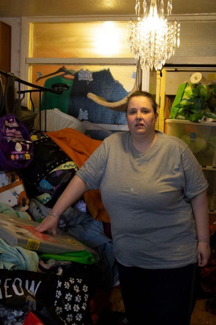 За 7 лет женщина очень сильно забила квартиру мусором (9 фото)