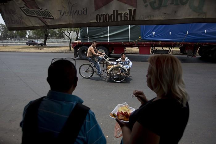 Зачем жители Мехико покупают муляжи мобильных телефонов (8 фото)