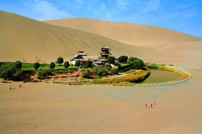 Китайский оазис в пустыне в форме полумесяца (14 фото)