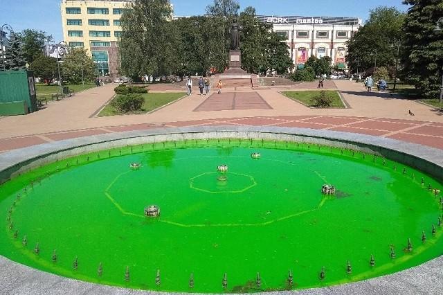 В центре Калининграда забил фонтан с зеленой водой (2 фото)