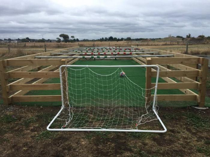 Настольный футбол в натуральную величину с живыми игроками (5 фото)