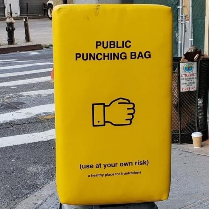 Общественные груши для битья как способ борьбы с гневом (5 фото)