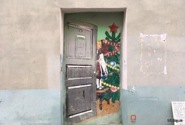 """Тяжелая судьба граффити """"дверь в Советский новый год"""" (2 фото)"""