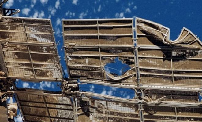 НАСА показали, какая сила у метеорита размером с песчинку (3 фото)