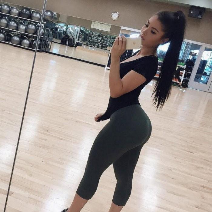 Девушки в спортивных штанишках (28 фото)