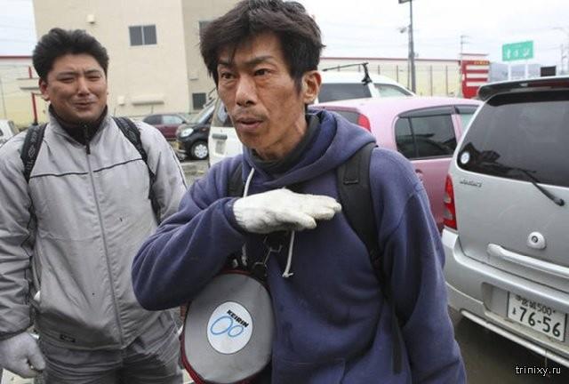 Житель Японии, который не испугался цунами (3 фото)