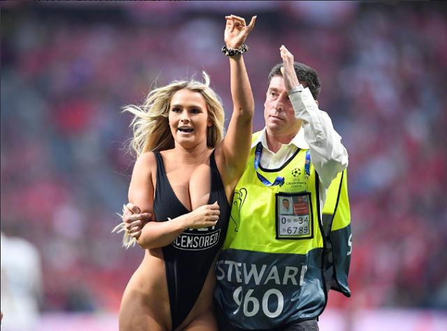 Блондинка в купальнике приостановила матч (20 фото)
