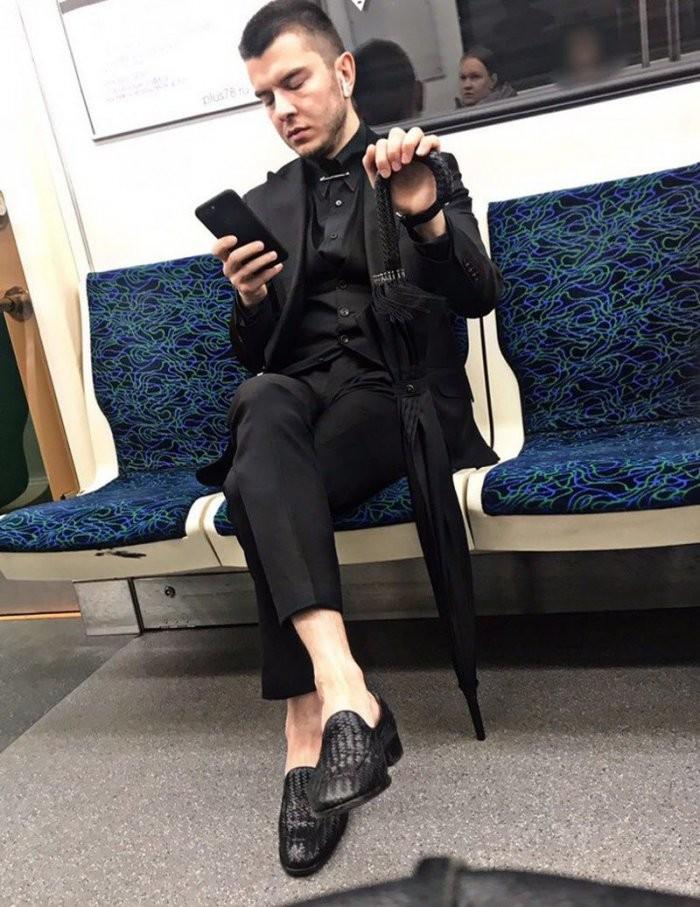 Стиляги в метро (33 фото)