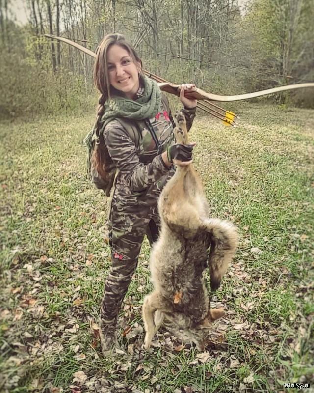 Любительница охоты с луком берет с собой маленькую дочь (10 фото)