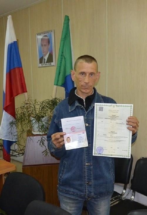 Дождался. Мужчина получил паспорт в возрасте 33 лет (3 фото)