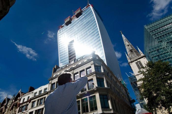 Лондонский небоскрёб, способный расплавить машину (6 фото)