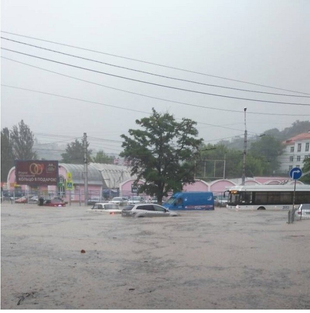 Непогода превратила Севастополь в Венецию (16 фото)
