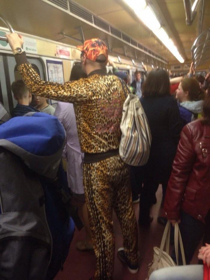 Стиляги в метро (37 фото)
