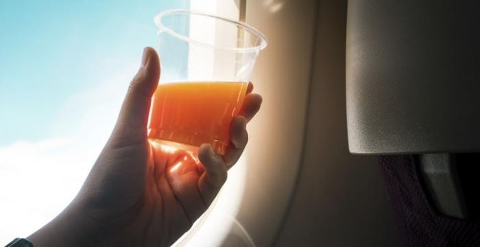 Почему пассажиры самолетов заказывают томатный сок (2 фото)