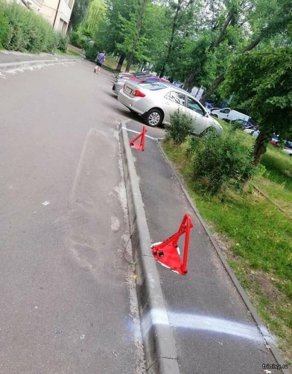 Парковка на тротуаре 100 уровня (2 фото)