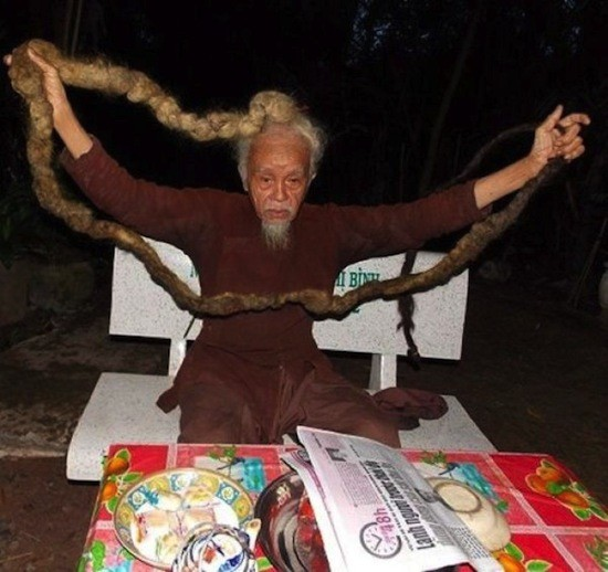 Вьетнамец Нгуен Ван Цзянь не стриг волосы 70 лет (3 фото)