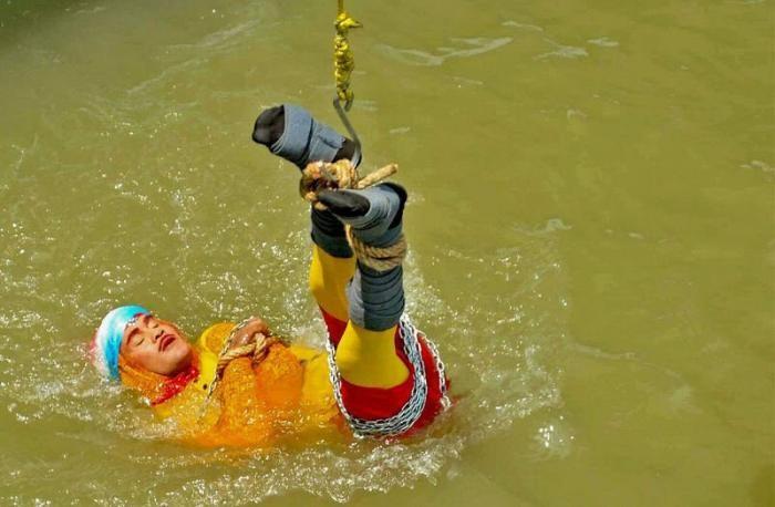 Фокусник пропал без вести после того, как его опустили в реку (7 фото)