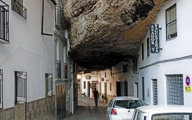 Испанский город, затерянный в камнях (6 фото)