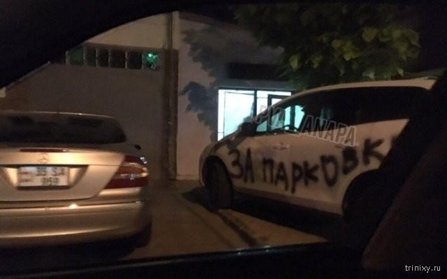 Не надо было парковаться на въезде во двор (2 фото)