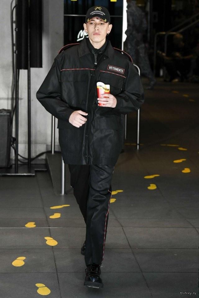 Бренд провел показ новой коллекции в парижском McDonald's( 8 фото)