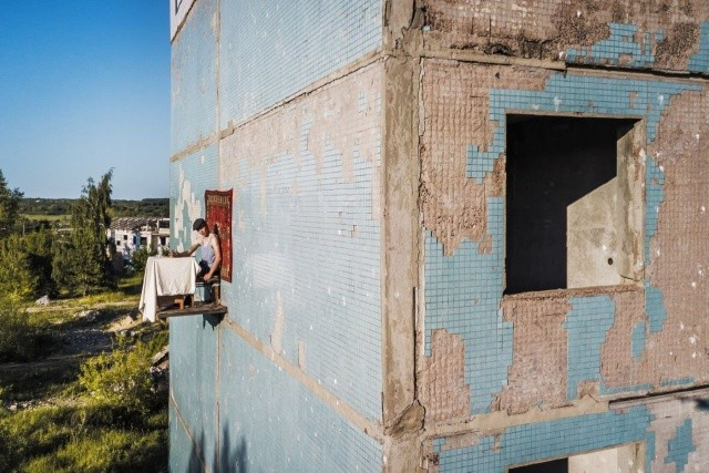 Простой парень из Самары решил пообедать на стене дома (6 фото)