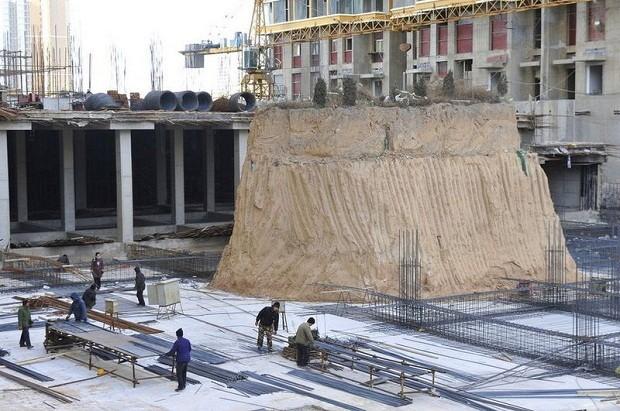 В Китае одна могила задерживает строительство небоскреба (5 фото)