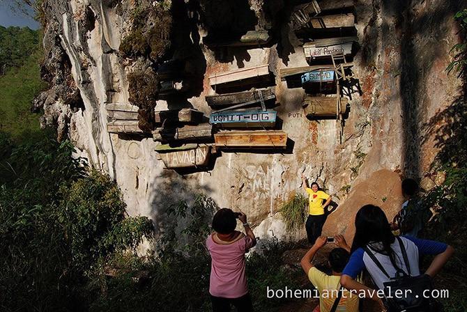 Таинственные висячие гробы Сагады (9 фото)