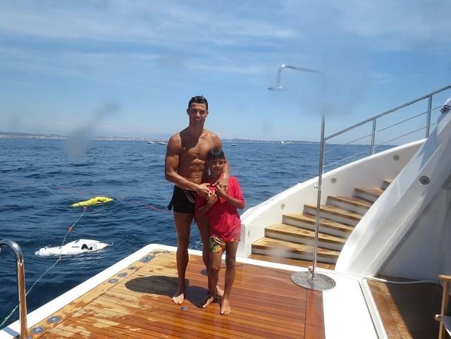 Криштиану Роналду выложил фото с отдыха семьей (9 фото)