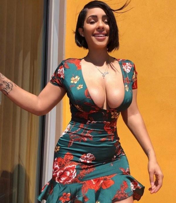 Девушки в обтягивающих платьях (43 фото)