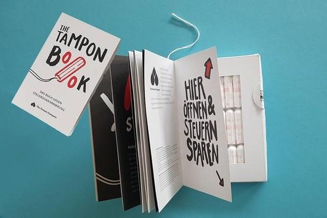 В Германии продают книгу с тампонами, и это протест (3 фото)