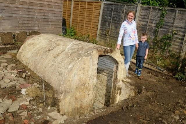 Необычная находка во дворе частного дома в Великобритании (6 фото)