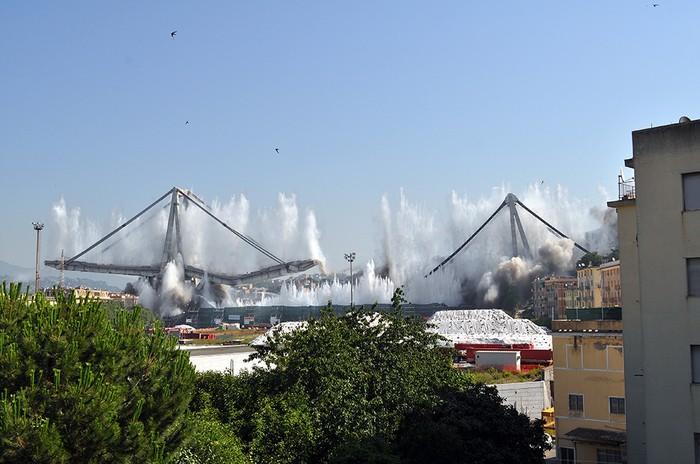 Запланированное разрушение моста Моранди (10 фото)
