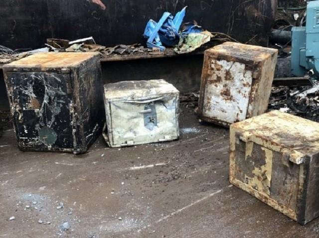 В Великобритании сдали на металлом старый сейф (4 фото)