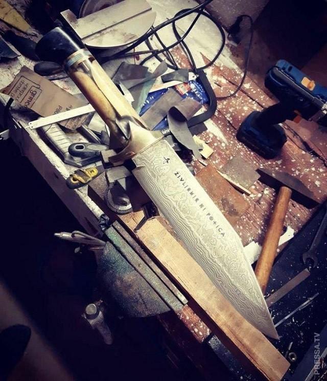 Байкер сделал нож из своей бедренной кости (8 фото)