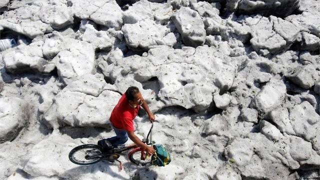 В Мексике город покрылся полутораметровым слоем льда (10 фото)