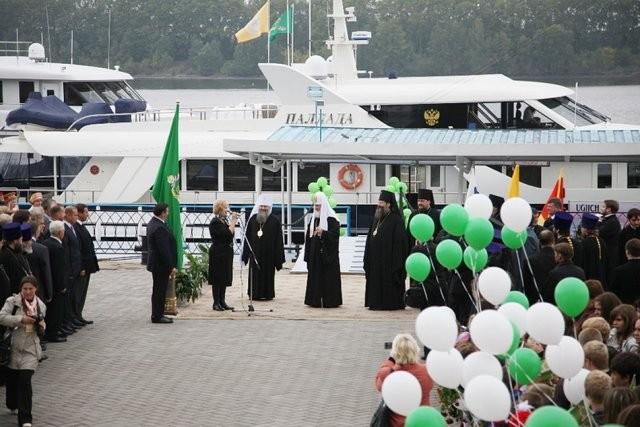 На яхте патриарха Московского заметили девушек в купальниках (6 фото)