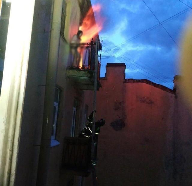 В Санкт-Петербурге от огня спасли девушку (2 фото)
