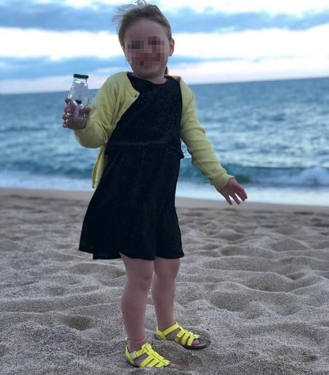В Испании 4-летняя девочка бросила бутылку с посланием в море (2 фото)