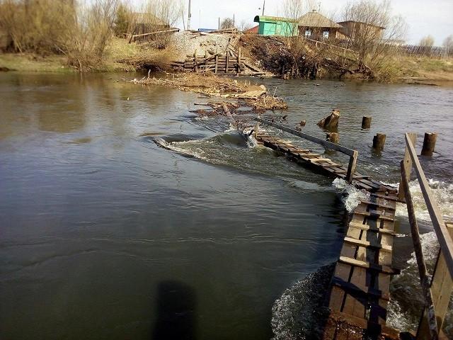 Местные жители своими силами строят мост через реку (6 фото)