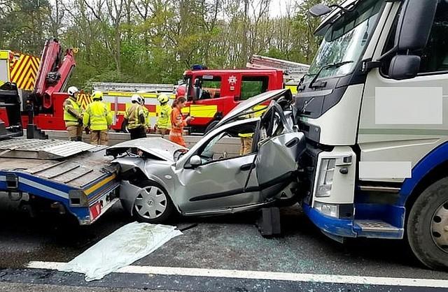 Водитель из Великобритании, который родился в рубашке (2 фото)