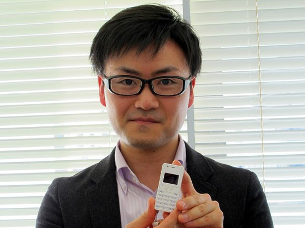 Самый маленький и лёгкий телефон (3 фото)