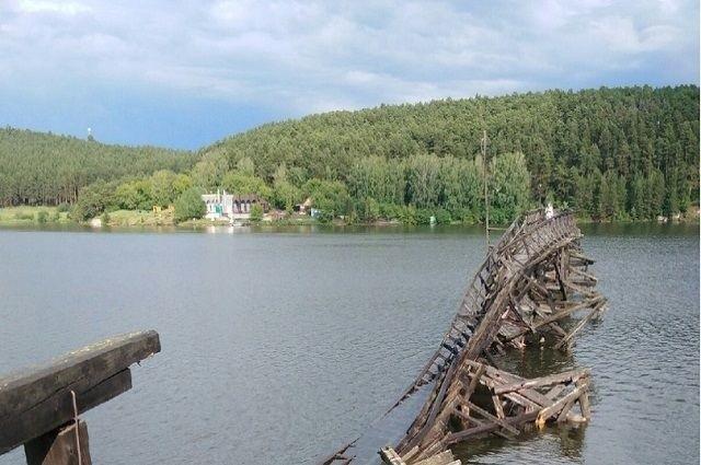 Обрушился самый длинный деревянный мост в России (4 фото)