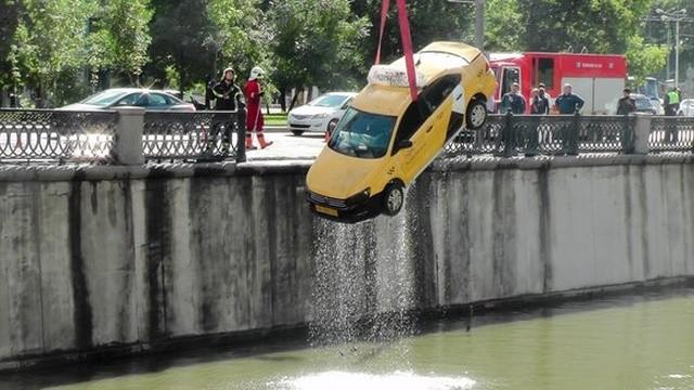 В Москве такси упало в воду (4 фото)