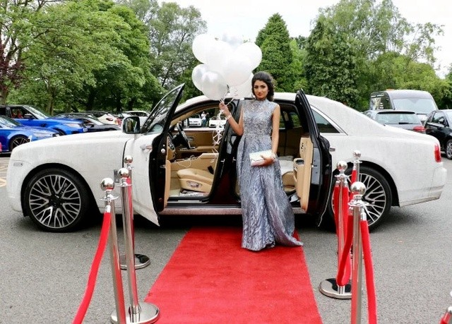 Подросток приехала на выпускной на Rolls-Royce в кристаллах (5 фото)