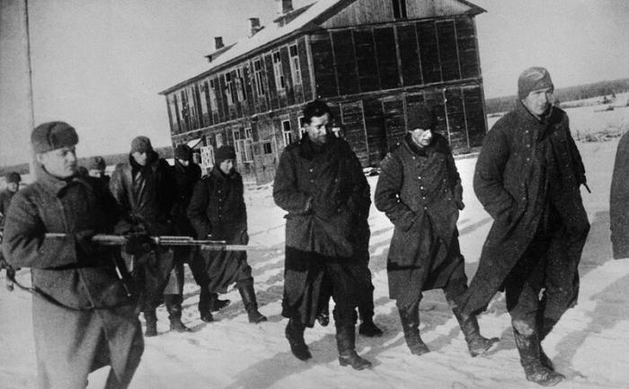 Что советским бойцам запрещали делать с пленными немцами (2 фото)