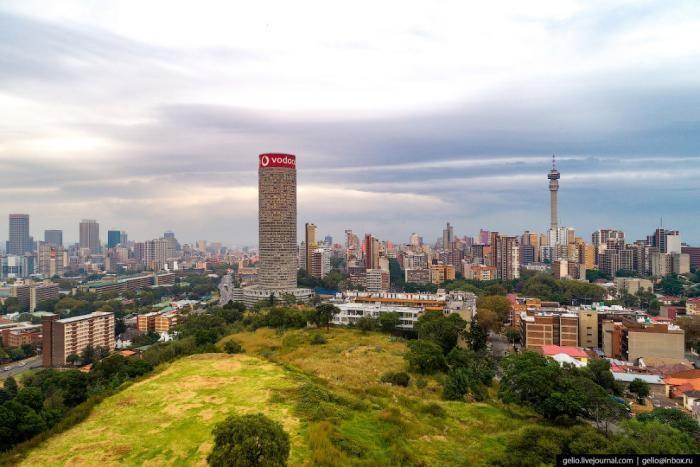 Самый знаменитый небоскрёб Йоханнесбурга (7 фото)