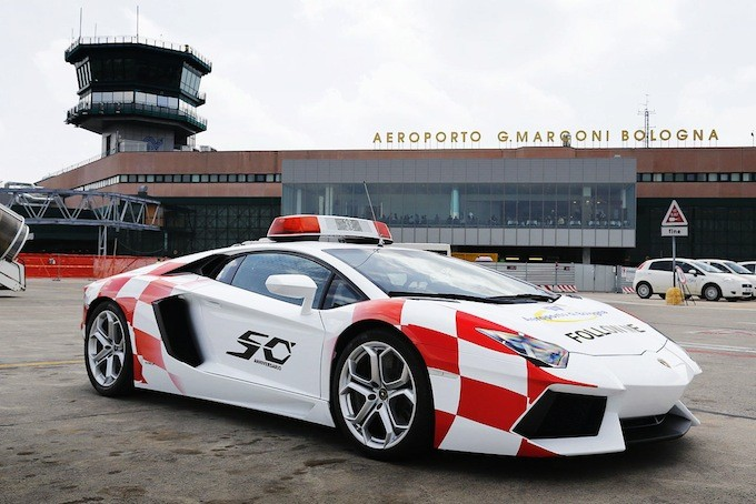 Суперкар Lamborghini Aventador на службе аэропорта Болоньи (4 фото)