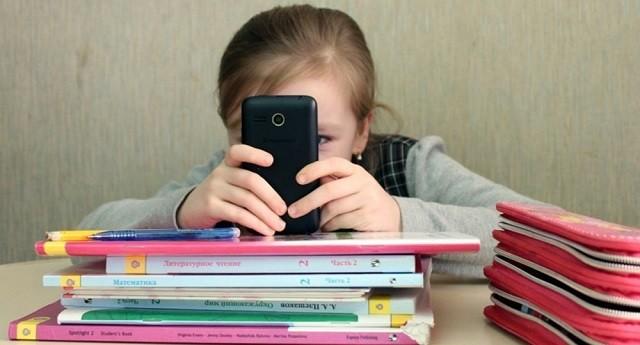 """В Госдуме хотят заменить смартфоны в школах на """"шкулфоны""""(2 фото)"""