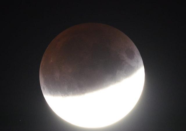 """Частичное лунное затмение и """"кровавый восход"""" (2 фото)"""